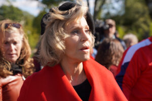 Jane Fonda e quel cappotto rosso contro un mondo in fiamme