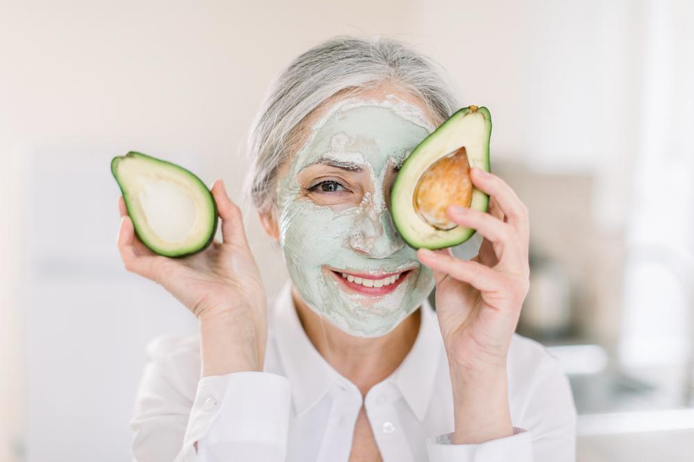 Donna con maschera all'argilla verde