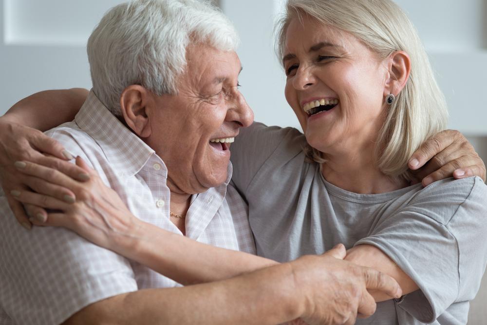"""Esempio di solidarietà per campagna """"Non lasciamoli soli"""": donna stringe uomo anziano"""
