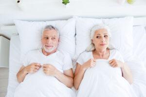 Esempio di sesso post infarto, coppia senior a letto