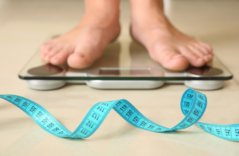 Esempio di sindrome metabolica: piedi su bilancia e metro per misurare circonferenza addome