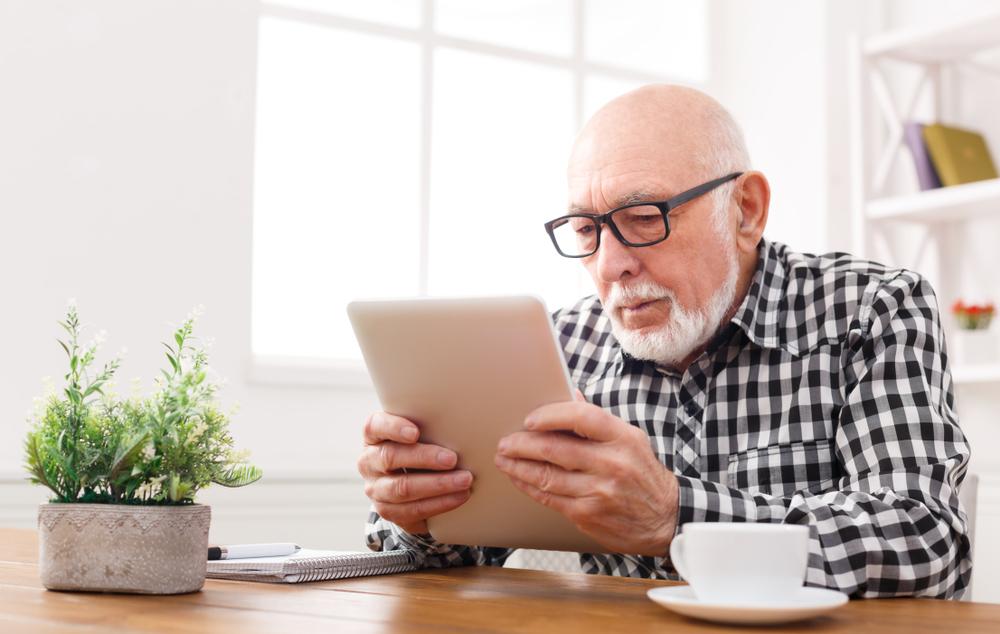"""Senior con tablet: esmepio del progetto """"Anziani digitali"""""""