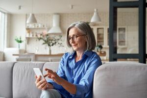 Donna senior usa app per vendere vestiti usati