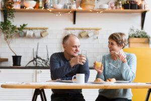 Coppia di senior fa colazione: esempio di buona colazione per diabete