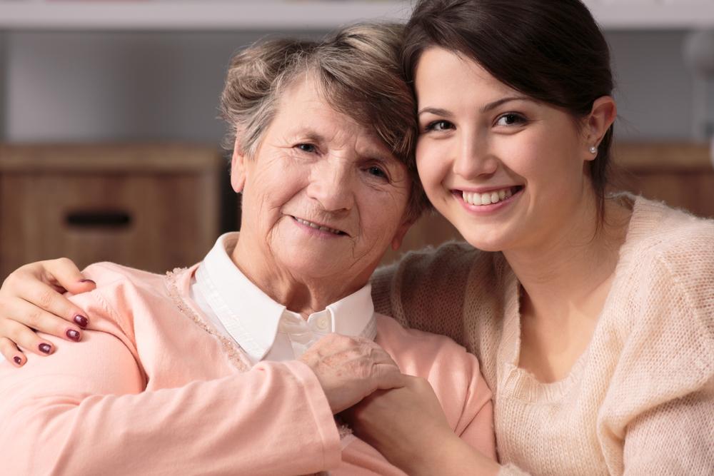 Donna anziana e caregiver. il fondo per l'Alzheimer aiuterà chi è affetto da demenza