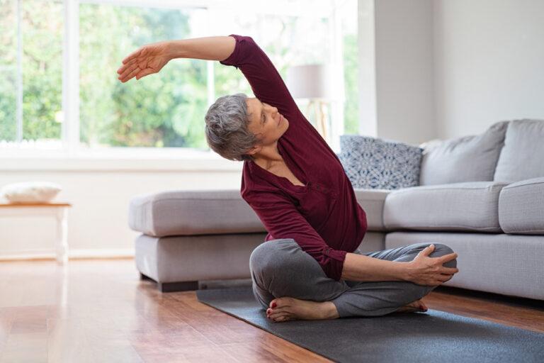 Donna fa yoga. Esempio di come yoga aiuta come fibrillazione atriale