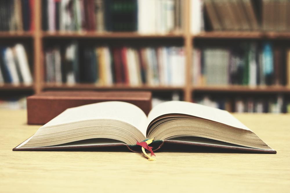 libro aperto su scrivania