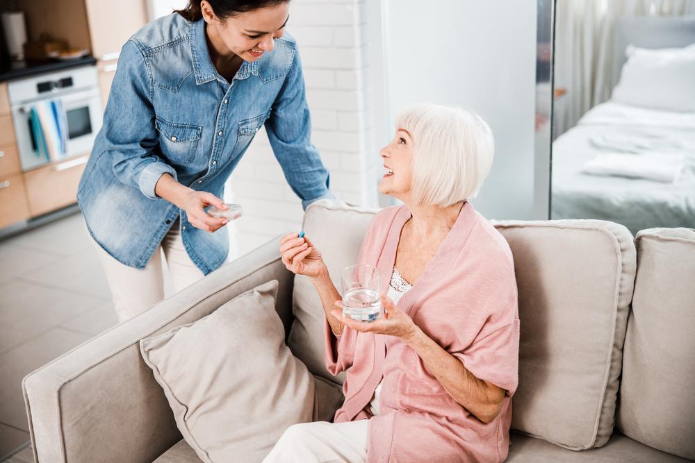 Esempio di assistenza ad anziani: anziana signora assistita da giovane aiutante