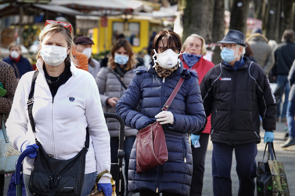 Gente per strada con mascherina: esempio di restrizioni del nuovo dpcm 16 gennaio