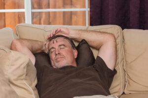 Uomo fa sonnellino: esempio di come il riposo pomeridiano contrasti il declino cognitivo