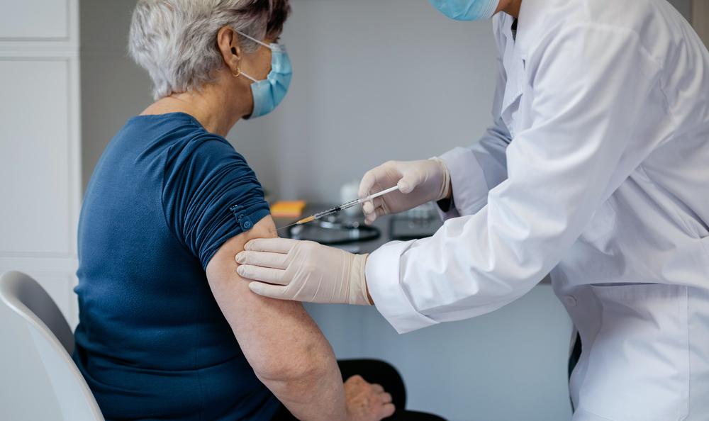 Anziana si vaccina: esempio di allarme lanciato da Senior Italia su vaccini e Covid