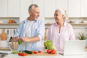 Coppia in cucina: esempio di regime alimentare sano dopo i 50 anni