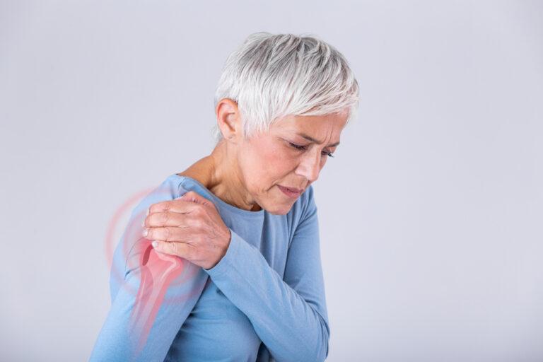 Donna con artrite a spalla