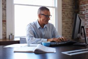 Uomo di 50 anni al lavoro: esempio incentivi per assunzioni over 50