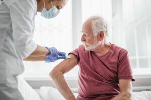 Anziano riceve vaccino: quello di AstraZeneca non è consigliato per gli over 55