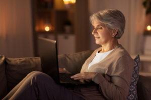 Donna al pc: esempio di incontro per auto mutuo aiuto virtuale