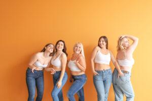 Donne posano: esempio di body positivity