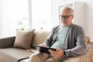 Uomo over 50 sul tablet: esempio di come creare lo SPID