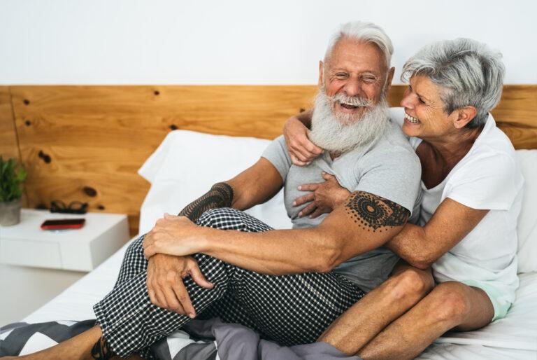 Coppia a letto: esempio di sesso over 60