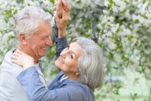 Coppia senior balla: esempio di effetto ossitocina su avanzare alzheimer