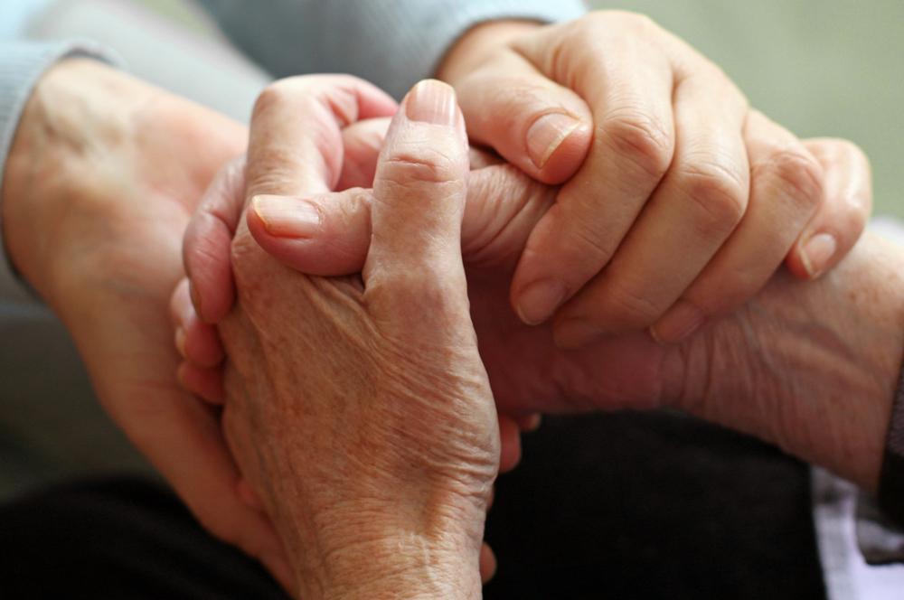 Mani che si stringono: esempio corso Non siete soli per persone con Parkinson e familiari