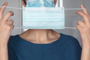 Donna con due mascherine contro covid-19