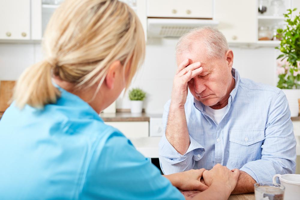 Uomo anziano che soffre di depressione: esempio del fenomeno sugli over 50