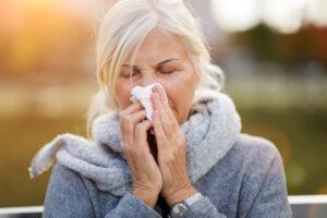 Donna con allergia si soffia naso: esmepio di dubbi su allergie e Covid