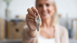 Donna con chiavi in mano: esempio di over 65 che tornano all'affitto
