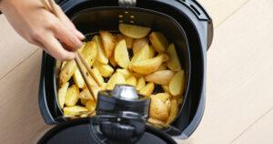 Friggitrice ad aria con patate all'interno