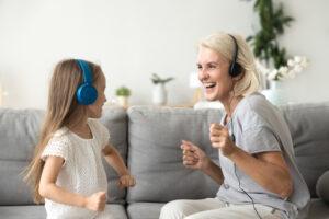 Nonna ascolta musica con nipote: esempio Giornata dell'Udito