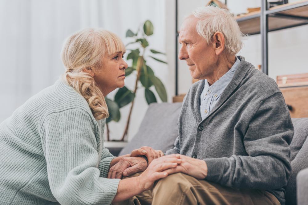 Uomo con morbo di Alzheimer assistito: esempio di legame fra obesità e alzheimer