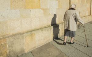 La storia di Nonna Livia: chilometri a piedi per ricevere il vaccino