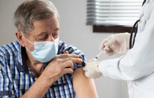 Over 80 riceve vaccino: esempio campagna vaccinale anti-covid