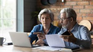 Pagamento anticipato pensioni di marzo: coppia senior davanti a pc
