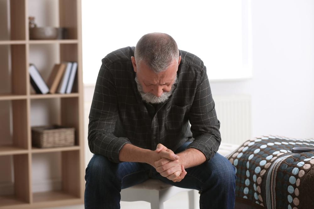 Uomo depresso in casa: esmepio di stato salute mentale in pandemia