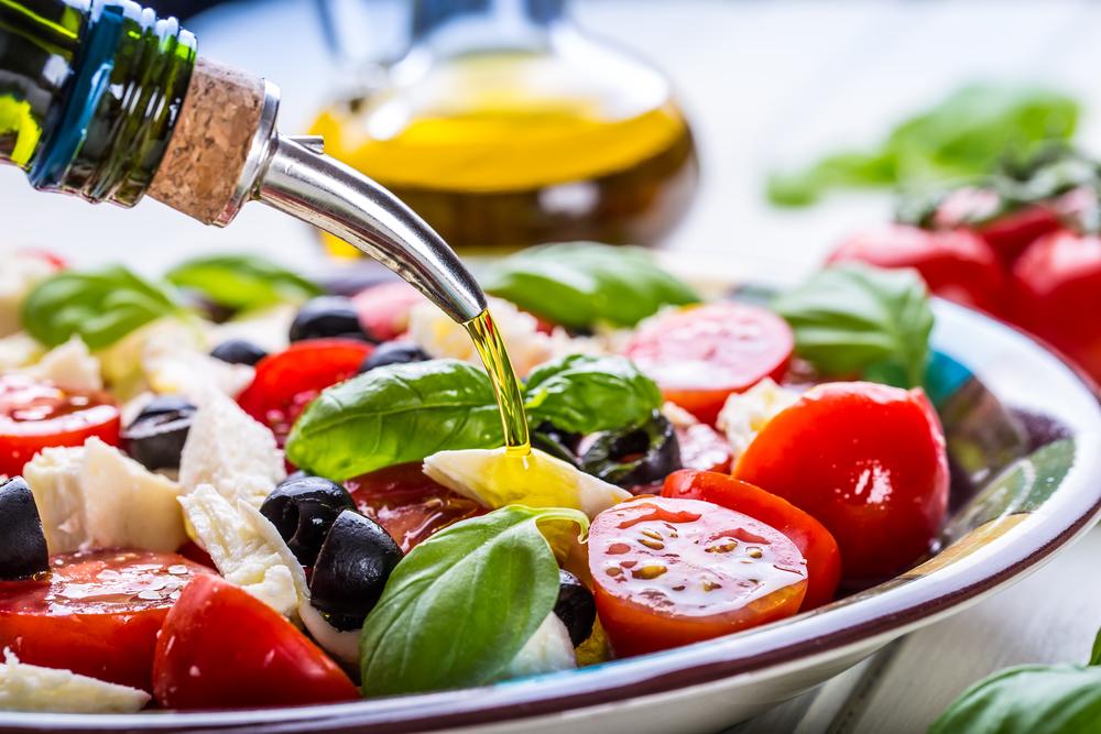 Esempio di dieta mediterranea green: piatto con verdure, olio d'oliva, olive, formaggio