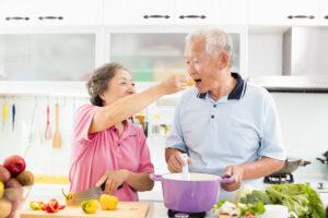 Anziana coppia giapponese prepara pranzo: la dieta dei centenari