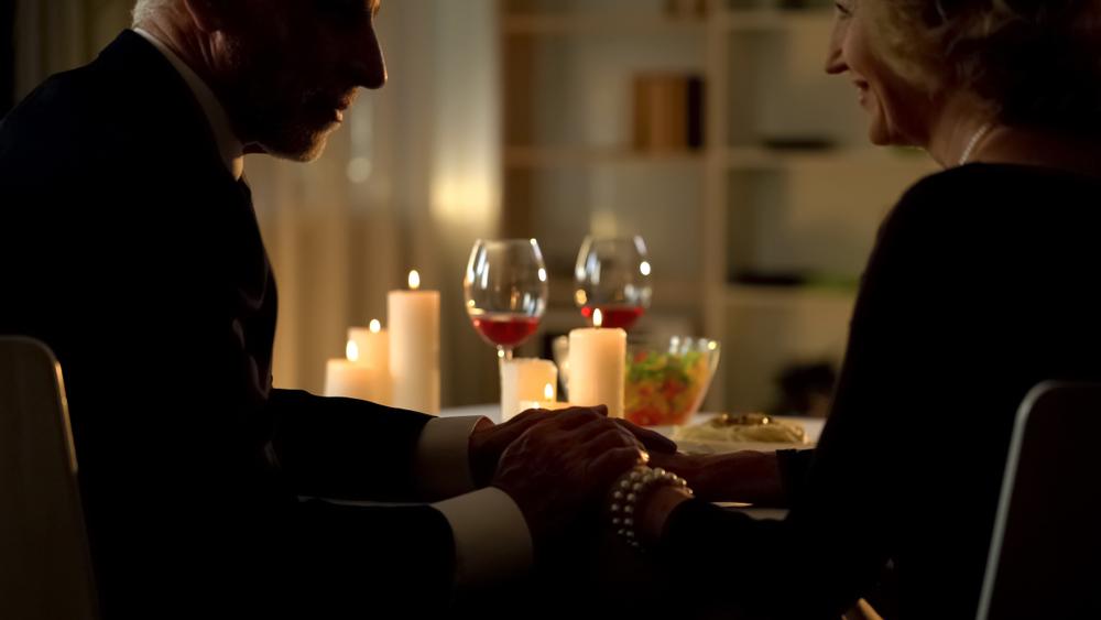 Coppia durante cena di San Valentino con cibi afrodisiaci