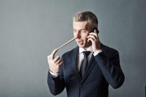 Uomo bugiardo con naso lungo: esempio di segnali per capire se qualcuno sta mentendo