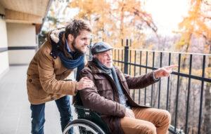 Senior con caregiver. esempio di come scegiere agenzia per assistenza domiciliare