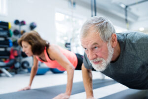 Donna e uomo di 60 anni fanno sport