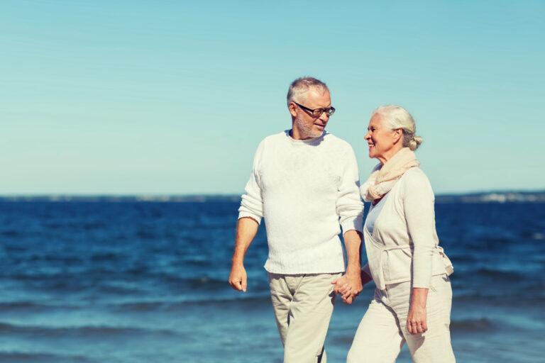 Turismo over 60: coppia in spiaggia