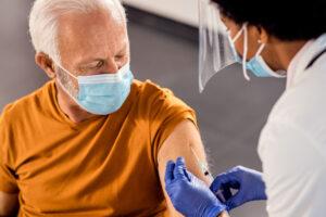 Senior viene vaccinato: esempio di vaccinazioni over 70