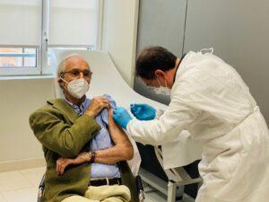 Renzo Piano, testimonial della vaccinazione over 80 in liguria, riceve il vaccino anti-Covid