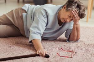 Anziani e cadute: anziana signora per terra